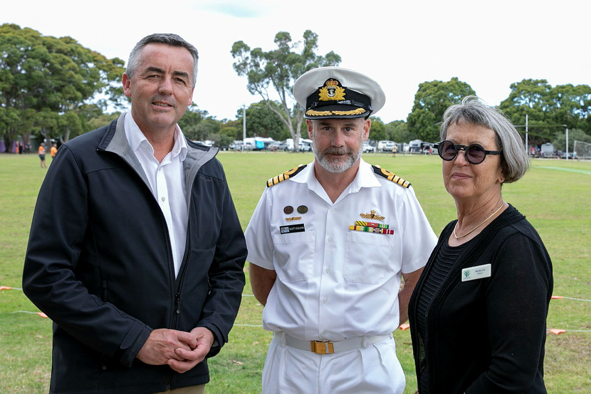 Minister for Defence Personnel, Darren Chester MP (left) with East Gippsland Shire Mayor, Councillor Mendy Urie (right) and Captain Scott Houlihan, who was HMAS Choules' Commanding Officer.